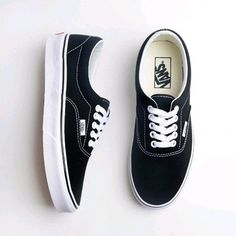 Sneakers For tennis lovers, beautiful models to fall in love with. Tenis Vans, Vans Sneakers, Vans Shoes, Sneakers Fashion, Fashion Shoes, Shoes Sandals, Dream Shoes, New Shoes, Cute Shoes