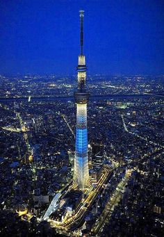 no toppling tower-okyo's new Sky Tree, the world's tallest broadcast tower, is projected to draw 32 million visitors a year. But tourists won't see one of its most striking features – a design intended to survive severe earthquakes and catastrophic winds. Tokyo Skytree, Cool Pictures, Cool Photos, Tokyo Night, Aesthetic Japan, Tokyo Tower, Japan Photo, Night City, Birds Eye View