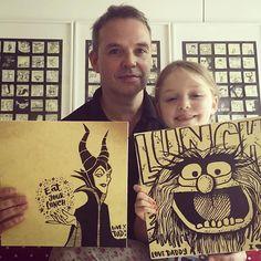 Pai esconde desenhos na lancheira da filha para lembrá-la de comer na escola