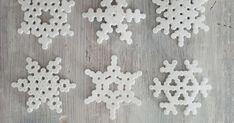 Hamahelmet, hamahelmi lumihiutale, hamahelmet joulu, hamahelmet ohje, lumihiutale ohje, jääkaappimagneetti ohje, jouluaskartelu ohje, askartelu ohje, virkattu koti Hama Beads, Diy And Crafts, Stud Earrings, Frame, Koti, Christmas, Home Decor, Homemade Home Decor, Hama Bead