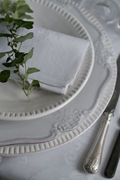 an dining must have - white dinnerware - I love the sprig of herbs White Table Settings, Beautiful Table Settings, Place Settings, White Dinnerware, White Dishes, White Cottage, Garden Theme, Deco Table, Decoration Table