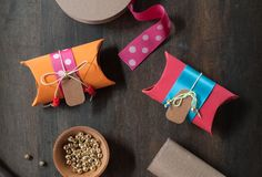 Stand out and save by wrapping gifts with items you already own. Turn old toilet paper rolls into cuter-than-you-think gift boxes. Toilet Paper Crafts, Toilet Paper Roll, Diy Paper, Creative Gift Wrapping, Creative Gifts, Wrapping Gifts, Gift Wraping, Diy Gift Box, Gift Boxes