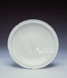 五代~北宋   磁州 白釉刻花菱口盤          徑: 18.5 cm。藏于台北故宮博物院。