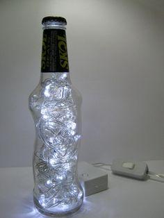 Luminária produzida com garrafa de vidro da marca Skol Beats.  Além de original, a luminária é duplamente sustentável: a garrafa é um material reciclado e o LED consome menos energia e tem vida útil bem mais longa do que as lâmpadas comuns.  Ideal para cabeceiras, estantes e escrivaninhas. Combina também com ambientes comerciais como lojas, bares e restaurantes.  Características: - São 50 microlâmpadas brancas de LED que permitem uma boa iluminação. - Possui 8 funções. - Acompanha…