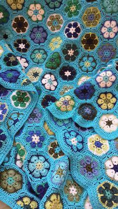 love the colors of this Crochet Blocks, Crochet Chart, Love Crochet, Crochet Granny, Crochet Blanket Patterns, Knit Crochet, Crochet Afghans, Crochet African Flowers, Crochet Flowers