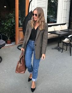 Outfit Style – Casual street style outfits for young guys Our Most Favourite Look – Light Blue Jeans + White Crew Neck T-shirt + Black Bomber Jacket Blazer Jeans, Look Blazer, Plaid Blazer, Oversized Blazer, Blazer Dress, Check Blazer, Denim Jeans, Summer Work Outfits, Fall Outfits