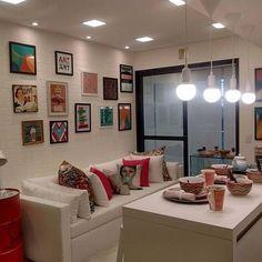 Sala de estar alegre e com muitas referências bacanas. Estamos apaixonadas pela parede de tijolinhos com vários quadros coloridos 💚 #ambientesintegradosmeunovoapê Foto: Reprodução/Pinterest