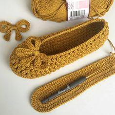 Baby Girl Crochet, Crochet Dress Girl, C - Diy Crafts - maallure Crochet Slipper Pattern, Knitted Slippers, Crochet Slippers, Knitted Hats, Diy Crafts Knitting, Diy Crafts Crochet, Crochet Dress Girl, Crochet Girls, Crochet Cardigan