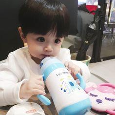 My Daddy Is Jeon Jungkook Tu & Jungkook Cute Baby Boy, Cute Little Baby, Little Babies, Cute Boys, Baby Kids, Cute Asian Babies, Korean Babies, Asian Kids, Cute Babies Photography