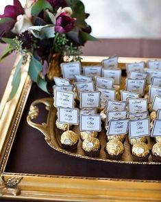 Edible escort cards or seating chart Great idea! Edible escort cards or seating chart Formal Wedding, Gold Wedding, Diy Wedding, Dream Wedding, Wedding Day, Wedding Gifts, Trendy Wedding, Wedding Souvenir, Perfect Wedding