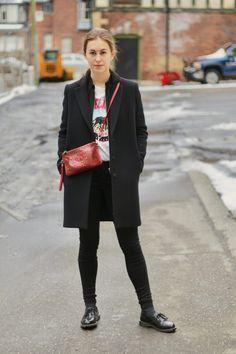 """Tenue blog mode """"Love Your Vibe"""" - Chaussures Dr. Martens BROOK - Chaussettes à paillettes - Jean noir body curve Zara - T-shirt blanc imprimé H&M - Veste Maje - Manteau long Tara Jarmon - Sac en cuir rouge"""