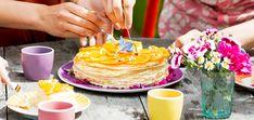 crêpe suzette-taart nagerecht | 6-8 personen beslag 155 g bloem, gezeefd 75 g maïzena, gezeefd 1 tl suiker 500 ml volle melk 5 grote eieren 1 vanillestokje, opengesneden, zaadjes eruit geschraapt 65 g boter, gesmolten, iets afgekoeld + extra om in te bakken saus 200 ml sinaasappelsap 50 ml citroensap 75 g suiker 2 sinaasappels...