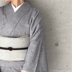 @kathykimono - Instagram:「今日はくもり空に馴染むように、 グレーのワントーンで。 今日で4月が終わってしまうので、 帯揚げに甘い春色のアンティークの端切れを合わせて名残を惜しんで。 さて、そろそろ初夏のお支度も始めなくちゃですね。 #着物 #きもの #キモノ #kimono #outfit…」 Traditional Japanese Kimono, Kimono Japan, Kimono Fabric, Silk Brocade, Japanese Outfits, Nihon, Yukata, Single Women, Kimono Fashion
