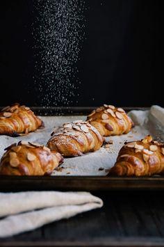 Almond & raspberry croissants (from scratch): Hint of Vanilla Breakfast Desayunos, Breakfast Recipes, Dessert Recipes, Christmas Morning Breakfast, Christmas Brunch, Croissants, Just Desserts, Sweet Recipes, Healthy Recipes