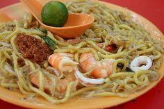 The #Singapore Hokkien Mee fries a combination of egg noodles and rice noodles in a rich prawn stock.