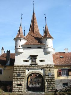 Poarta Ecaterinei in Brașov. Before I Die, Travelogue, Barcelona Cathedral, Places To See, Mansions, History, House Styles, City, Building