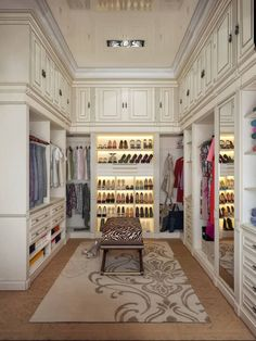 closet com design clássico e pé direito alto                                                                                                                                                                                 Mais #luxurydressingroom #luxurywalkincloset