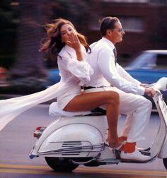 Solo in Italia, una bella donna vuole condividere con voi un giro in WHITE Vespa, mangiare un piato di pasta, bere del vino; tutti allo stesso tempo