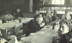Gezellig vorkje prikken bij Albert Heijn. Zaandam 18 maart 1943.