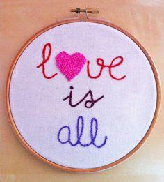 "Bastidor ""Love is all"" / Susie creativa - Artesanio"