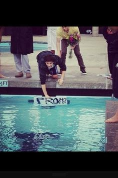 This boy asked this girl to the prom by putting a sign in the pool during the last lap of the 500 meters at her swim meet. I'm gonna date a swimmer before prom just so I can ask them this way! Swimming Memes, Keep Swimming, Swimming Funny, Cute Prom Proposals, Formal Proposals, Asking To Prom, Waterpolo, Swimmer Problems, Swim Meet