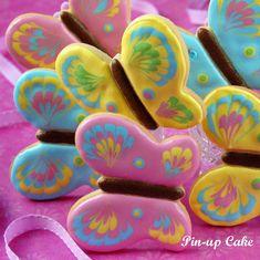 Takie kolorowe ciasteczka nie tylko pięknie wyglądają, ale także znakomicie smakują. Kruche i bardzo maślane idealnie komponują się z k...