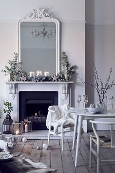 White on white decor with simple holiday/Christmas decorations on a classic fireplace mantel Christmas Interiors, Christmas Bedroom, Christmas Home, Christmas Trends, White Christmas, Modern Christmas, Beautiful Christmas, Home Design, Interior Design