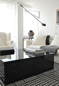 Decoração minimalista. O tapete, que lembra a estampa Pied-de-Poule, deixou o ambiente com muito mais charme.