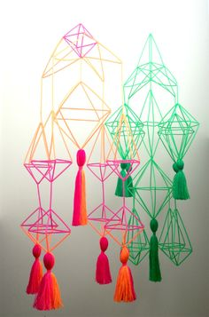 Himmeli mobiles are fashionable, versatile, and surprisingly easy to make! Learn how to assemble these on-trend accent pieces in Simple Himmeli Mobiles with Robert Mahar. Diy And Crafts, Arts And Crafts, Paper Crafts, Diy For Kids, Crafts For Kids, Suncatchers, Mobile Workshop, Diy Luminaire, Paper Chandelier