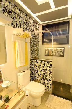 Meu banheiro finalmente pronto. 2017 Pastilhas Mondrian Preto-branco-cinza, Espelho com fita de led, rebaixamento em gesso acartonado, piso porcelanato portobello claro, revestimento branco, mdf provence com barrique.