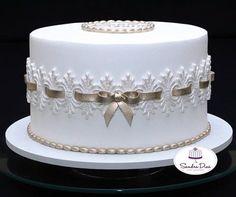 Pretty Cakes, Beautiful Cakes, Fondant Cakes, Cupcake Cakes, Fake Wedding Cakes, Elegant Birthday Cakes, Frosting Flowers, Pearl Cake, Confirmation Cakes