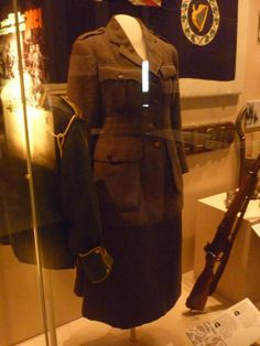 Uniform of women's citizen army Romeo And Juliet Costumes, Army Badges, Ireland 1916, Irish Republican Army, Easter Rising, Old Irish, Erin Go Bragh, Michael Collins, Defence Force