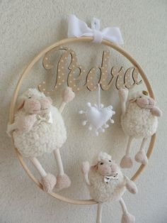 Diversos baby -Handmade maternity door with MDF hoop frame, size 30 cm diameter. - Daddy and mommy size 17 cm, son 15 cm . - MDF name fabric detail t. Sheep Crafts, Felt Crafts, Diy And Crafts, Baby Decor, Nursery Decor, Baby Mobile, Album Design, Baby Room, Baby Gifts
