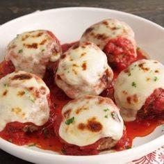 Kleine gehaktballetjes met gesmolten mozzarella geserveerd in tomatensaus.