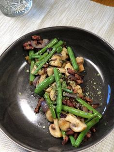 Haricots Verts with Bacon and Mushrooms Bacon Recipes, Low Carb Recipes, Healthy Recipes, Best Backpacking Food, I Want Food, Stuffed Mushrooms, Stuffed Peppers, Vegan Foods, No Cook Meals