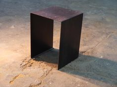 Mesita de plancha de hierro en color hierro negro natural y barnizado.