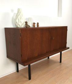 Stylisches kleines Teak Sideboard mit schwarzen Füßen aus Metall aus den 1960er/1970er Jahren. Zustand: Guter Zustand mit altersbedingten Gebrauchsspuren. **Abgebildete Dekoration ist nicht...