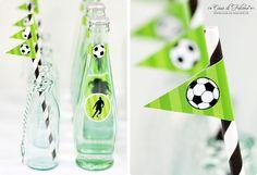 Jeder bekommt sein Getränk in einer DIY-Fußball-Flasche und es ist direkt ein tolles Gastgeschenk zum Mitnehmen. #cestbon