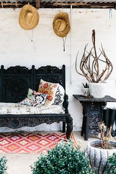 Bohemian porch with detailed cushions and hanging up hats for a personalised finish. Home Interior, Interior And Exterior, Interior Design, Turbulence Deco, Boho Home, Bohemian Porch, Bohemian Summer, Bohemian Decor, Hacienda Style