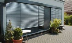Raffstore Blendenfarbe an die Fassade  angepasst - vom Sonnenschutz Fachbetrieb Mester aus Bielefeld, für OWL und Umgebung. Bungalow, Blinds, Shades, Exterior, Windows, Curtains, Furniture, Design, Home Decor