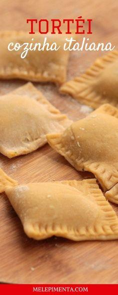 Tortéi é uma deliciosa massa recheada com abóbora e servida com molho. O prato é um clássico da culinária italiana. Aprenda a preparar o tortéi na sua casa. O tortéi é recheado com um delicioso purê de abóbora. My Recipes, Italian Recipes, Cooking Recipes, Favorite Recipes, Homemade Pasta, Creative Food, I Love Food, Food Videos, Food And Drink