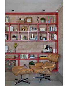 Os nichos assimétricos também são destaque neste projeto feito para um casal de advogados que adora ler e que nos pediu um cantinho para leitura. Revestimos a parede de tijolos e projetamos esta estante em laca vermelha para aquecer o ambiente. O toque final ficou por conta da poltrona em couro! #sadalagomide #projetosadalagomide #olhomágicocj #casaejardim | Poltrona: Charles Eames da @showroomhettygoldberg | Foto: @denilsonmachadomca #decor #decoração #instahome #instadecor #interiordesign…