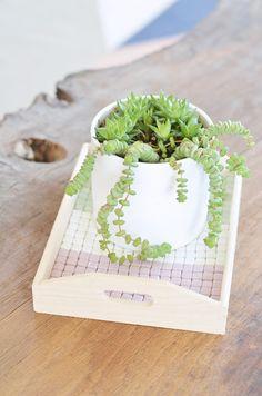 Do It Yourself: Tablett verzieren mit Mosaiksteinchen. Die DIY-Anleitung hier: https://bonnyundkleid.com/2016/08/diy-mosaik-tablett-selber-machen/