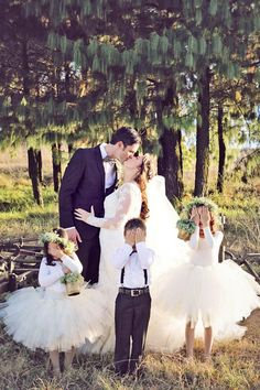 Family wedding photos / http://www.himisspuff.com/family-wedding-photo-ideas-poses-bridal-must-do/9/
