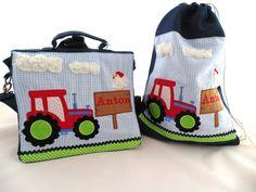 Liebevoll und aufwändig gestalteter 2-in-1 Kindergarten-Rucksack mit einem Traktor, einer Holztafel mit Namen auf der ein Huhn sitzt. Oben sind noch 2 kleine, wuschelige Wolken.  Der Rucksack hat...