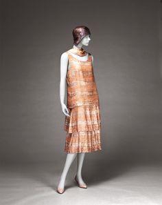 Gabrielle Chanel Evening Dress circa 1926 Kobe Fashion Museum of Art 30s Fashion, Fashion Moda, Chanel Fashion, Art Deco Fashion, Fashion History, Retro Fashion, Vintage Fashion, Fashion Design, 1920 Style