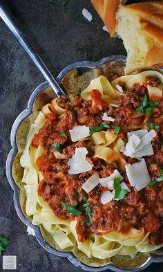 Pilz Bolognese Pasta-Rezept |  von Life Tastes Good eine reiche, dicke, befriedigende Soße oben auf herzhafte Tagliatelle hat.  Dieses Rezept ist ein italienisches Essen Familie Stil, der eine ziemlich einfache Rezept und füllt Ihr Zuhause mit einem unwiderstehlichen Duft, der alle auf den Tisch zu bringen!  #LTGrecipes #SundaySupper