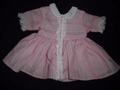 alte Puppenkleidung: rosa Kleid aus den 50ern