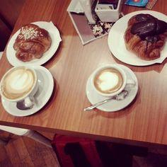 Cosi dovrebbe iniziare una giornata ^-^ #colazione #pesaro #breakfast #desajuno #cornetti #foodporn #cornetto #cappuccino