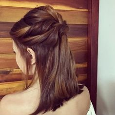 Cute Medium Length Haircuts for Women in 2019 Medium length haircuts and hairstyles are perhaps the most universal style because they flatter every woman regardless of age, hair type, and face shape. Medium length hair provides many style choi… Cute Medium Length Haircuts, Updos For Medium Length Hair, Bangs With Medium Hair, Medium Hair Cuts, Medium Hair Styles, Long Hair Styles, Easy Hairstyles For School, Up Hairstyles, Straight Hairstyles